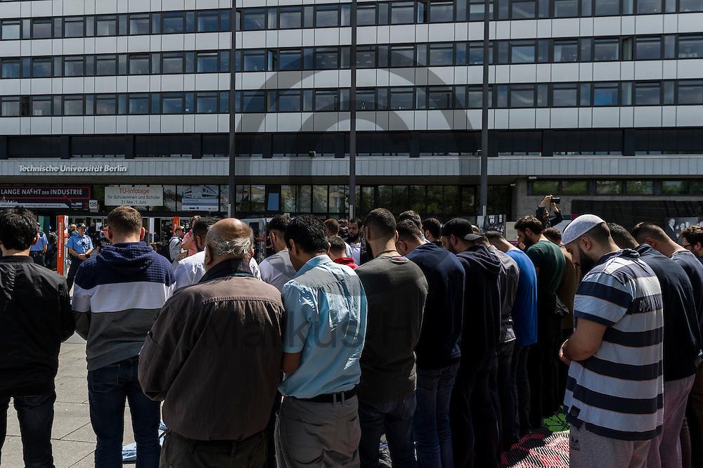 Teilnehmer beten w&auml;hrend der Kundgebung zur Schlie&szlig;ung des Gebetsraumes der TU Berlin am 20.05.2016 in Berlin, Deutschland. Ca 200 Muslime hielten vor der Universit&auml;t eine Kundgebung und ein Gebet ab um gegen die Schlie&szlig;ung des Gebetsraumes in der Universit&auml;t zu demonstrieren. Foto: Markus Heine / heineimaging<br /> <br /> ------------------------------<br /> <br /> Ver&ouml;ffentlichung nur mit Fotografennennung, sowie gegen Honorar und Belegexemplar.<br /> <br /> Bankverbindung:<br /> IBAN: DE65660908000004437497<br /> BIC CODE: GENODE61BBB<br /> Badische Beamten Bank Karlsruhe<br /> <br /> USt-IdNr: DE291853306<br /> <br /> Please note:<br /> All rights reserved! Don't publish without copyright!<br /> <br /> Stand: 05.2016<br /> <br /> ------------------------------