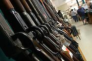 Rifles de largo alcance son exhibidos en una tienda de especializada en armas de fuego en la ciudad de sanford en la Florida Central. foto por IPAPHOTO.COM