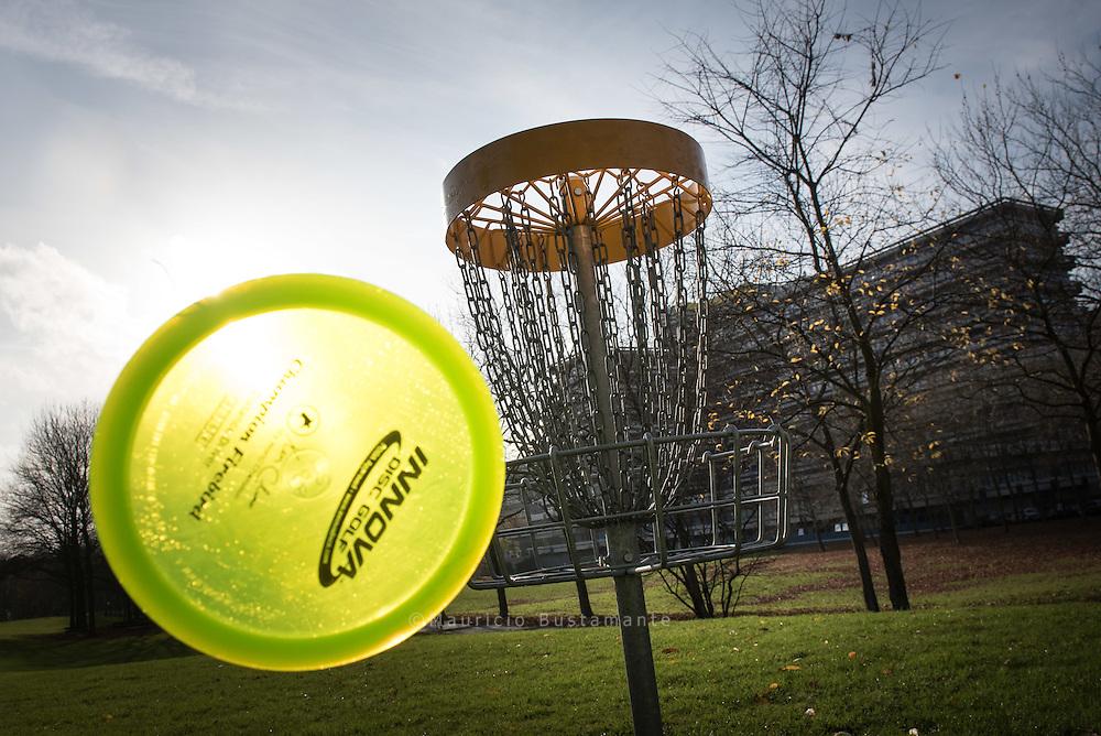 Disco Golf Park Beim Disc-Golfen ist<br /> das Ziel, die runde Scheibe<br /> mit m&ouml;glichst wenigen Würfen<br /> &bdquo;einzulochen&ldquo;.