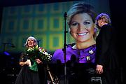 Willeke Alberti viert haar 70-ste verjaardag in Koninklijk Theater Carre met een Galavoorstelling .<br /> <br /> op de foto:   Willeke Alberti krijgt uit handen van burgemeester Eberhard van der Laan een persoonlijke brief van koningin Maxima.