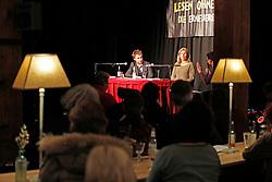 """Katharina Hagena und Benjamin Lebert diskutieren in der Hamburger 2ten Heimat über Reflexion und Veränderung der Bedeutung der Literatur für die Verhältnisse. """"Mit Hilfe von Geschichten den Ungeheuerlichkeiten zu begegnen ohne zu versteinern"""", definiert Hagena das Publizieren. Für Lebert beginnt """"das Schreiben erst, wenn wir Gefahr laufen zu Stein zu werden"""". Im Bild (von links): Benjamin Lebert und Katharina Hagena<br /> <br /> Ort: Hamburg<br /> Copyright: Andreas Conradt<br /> Quelle: PubliXviewinG"""