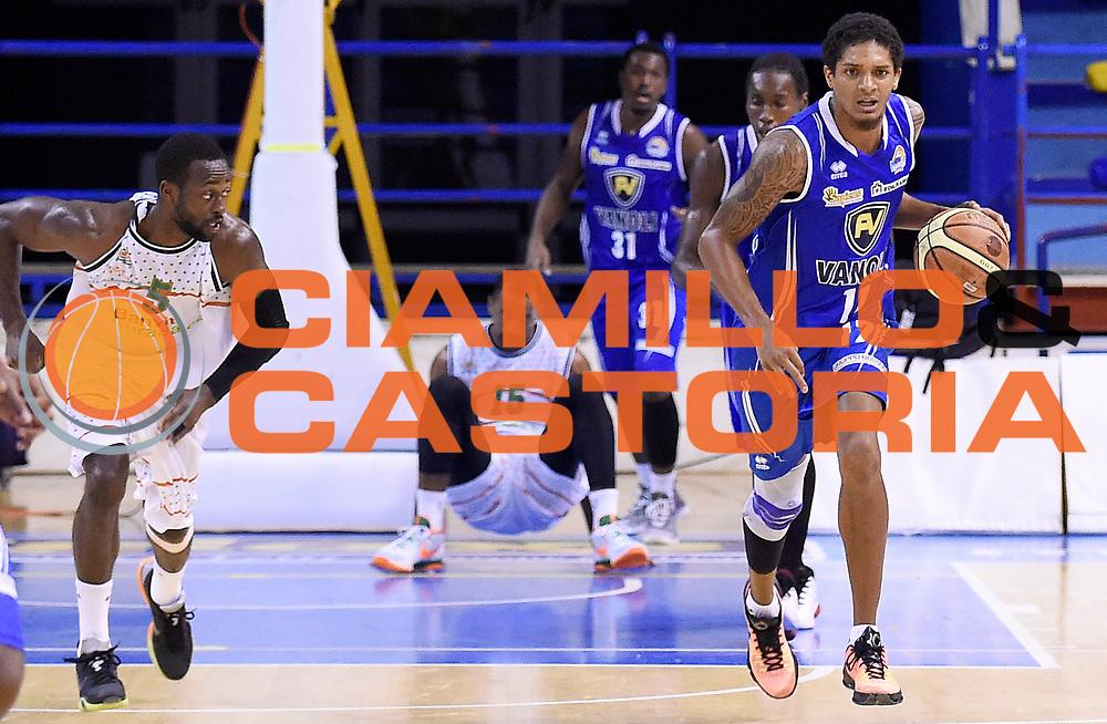 DESCRIZIONE : Porto San Giorgio PreCampionato Lega A 2015-16 Vanoli Cremona Banvit Basketbol GIOCATORE : Deron Washington<br /> CATEGORIA : Palleggio Contropiede Controcapo Equilibrio A Terra<br /> SQUADRA : Vanoli Cremona<br /> EVENTO :  PreCampionato Lega A 2015-16<br /> GARA : Vanoli Cremona Banvit Basketbol <br /> DATA : 04/09/2015<br /> SPORT : Pallacanestro <br /> AUTORE : Agenzia Ciamillo-Castoria/A.Giberti<br /> Galleria :  Campionato Lega A 2015-16  <br /> Fotonotizia :  Vanoli Cremona Banvit Basketbol <br /> Predefinita :