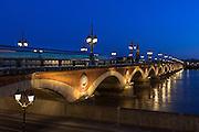 Vue sur le pont de pierre à l'heure bleue // View of pont de pierre bridge at blue hour