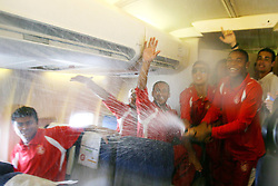 A equipe do S.C. Internacional, Campeã do Mundial interclubes da FIFA 2006, brinca dentro do avião no voo de volta para o Brasil. FOTO: Jefferson Bernardes/Preview.com