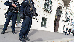 17.11.2015, Ballhausplatz, Wien, AUT, Polizeibeamte mit ballistischen Schutzwesten und Sturmgewehr nach einer Sitzung des Ministerrats am Ballhausplatz // Police Officers with bulletproof vests and rifle after cabinet meeting in front of the federal chancellors office in Vienna, Austria on 2015/11/17, EXPA Pictures © 2015, PhotoCredit: EXPA/ Michael Gruber