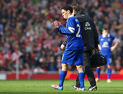 08.03.2014, Emirates Stadium, London, ENG, FA Cup, FC Arsenal vs FC Everton, Viertel Finale, im Bild Everton's Steven Pienaar limps off injured against Arsenal // during the English FA Cup quater final match between Arsenal FC and Everton FC at the Emirates Stadium in London, Great Britain on 2014/03/08. EXPA Pictures © 2014, PhotoCredit: EXPA/ Propagandaphoto/ David Rawcliffe<br /> <br /> *****ATTENTION - OUT of ENG, GBR*****