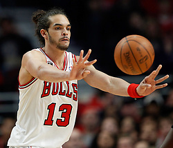 15.05.2011, UNITED CENTER, CHICAGO, USA, NBA, Chicago Bulls vs Miami Heat, im Bild Joakim Noah passes the ball against Miami Heat in game 1 of the NBA Eastern Conference Championships at the United Center in Chicago, EXPA Pictures © 2011, PhotoCredit: EXPA/ Newspix/ KAMIL KRZACZYNSKI +++++ ATTENTION - FOR AUSTRIA/ AUT, SLOVENIA/ SLO, SERBIA/ SRB an CROATIA/ CRO, SWISS/ SUI and SWEDEN/ SWE CLIENT ONLY +++++