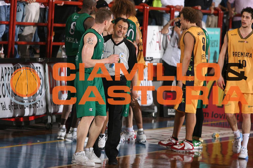 DESCRIZIONE : Porto San Giorgio Lega A1 2006-07 Premiata Montegranaro Montepaschi Siena <br /> GIOCATORE : Arbitro Kaukenas Vitali <br /> SQUADRA : Montepaschi Siena <br /> EVENTO : Campionato Lega A1 2006-2007 <br /> GARA : Premiata Montegranaro Montepaschi Siena <br /> DATA : 29/04/2007 <br /> CATEGORIA : Delusione <br /> SPORT : Pallacanestro <br /> AUTORE : Agenzia Ciamillo-Castoria/G.Ciamillo