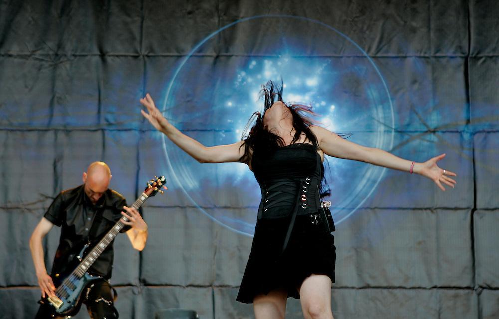 Foto: Gerrit de Heus. Den Haag. 26/06/05. Parkpop. Within Temptation, Sharon den Adel.
