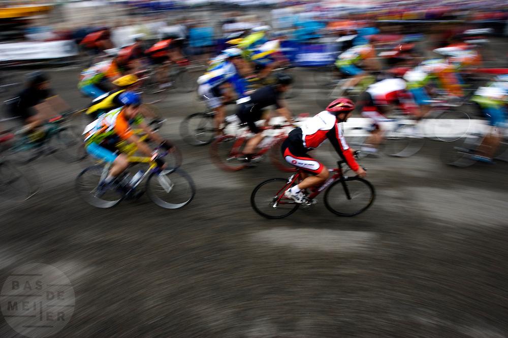 Deelnemers de 100 km van de Ride for the roses rijden door Utrecht. De toertocht is een initiatief van Lance Armstrong die met de toch geld in wilde zamelen voor onderzoek naar kankerbestrijding. Armstrong heeft zelf teelbalkanker moeten overwinnen. Dit jaar werd de tocht voor de negende maal in Nederland gereden.  Voor de tocht wordt ieder jaar een andere plaats gekozen als startplaats. Dit jaar was Utrecht aan de beurt, die ook in de race is om een startplaats van de Tour de France te worden. Aan de tocht doen ongeveer 10.000 mensen mee, verdeeld over 30, 50 of 100 km. Onder de deelnemers zijn ook veel prominenten aanwezig, waaronder oud-wielrenners als Steven Rooks en Joop Zoetemelk.
