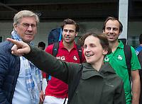 BLOEMENDAAL - Mevrouw Brouwer met de gebroeders Zeller.Oud internationals Eby Kessing, Ronald Brouwer en Nick Meijer, alle spelers van Bloemendaal, namen afscheid met een afscheidsdrieluik. COPYRIGHT KOEN SUYK