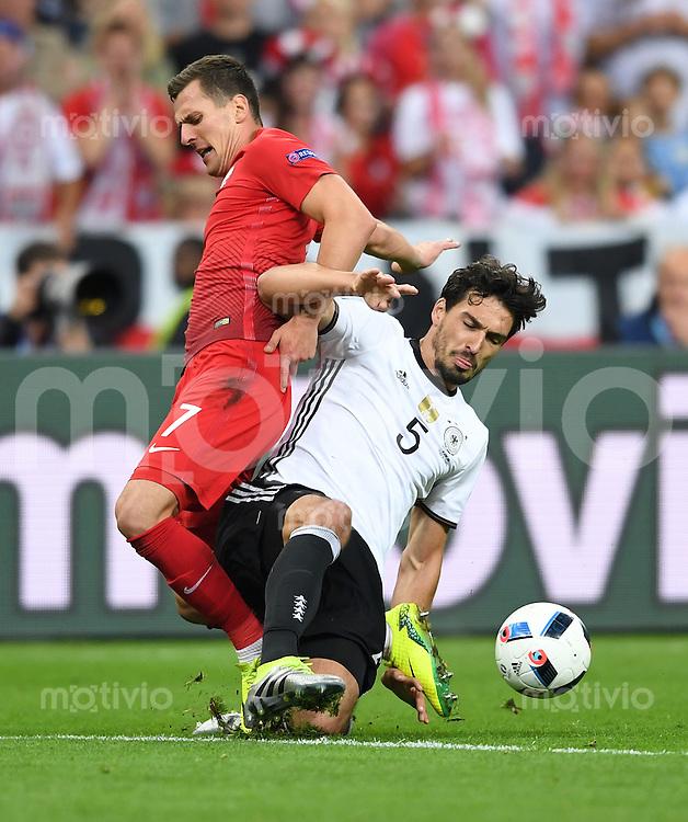 FUSSBALL EURO 2016 GRUPPE C IN PARIS Deutschland - Polen    16.06.2016 Arkadiusz Milik (li, Polen) gegen Mats Hummels (re, Deutschland)