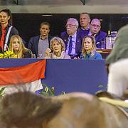 NLD/Amsterdam/20190127 - Jumping Amsterdam, dag 3, Willem-Alexander en dochter Amalia kijkend naar een ruiter