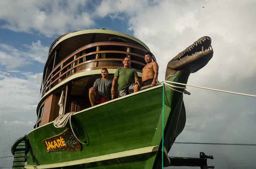 Negro river, stop at the beach of Praia Grande. The crew of the Jacaré-Açu regional boat and the guide Samuel.