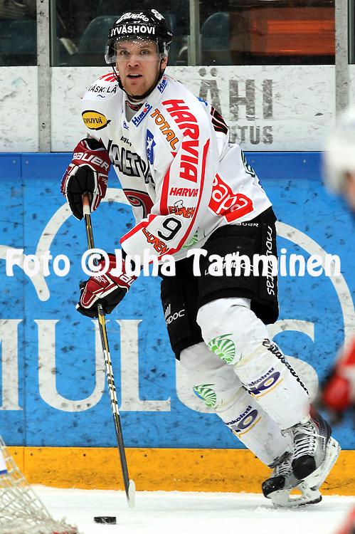 4.1.2011, H?meenlinna..J??kiekon SM-liiga 2010-11. .HPK - JYP..Jyrki V?livaara - JYP.©Juha Tamminen.