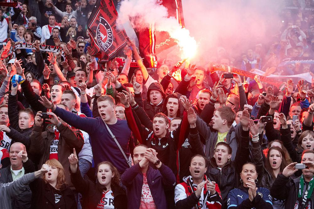 Nederland. Rotterdam, 6  mei 2012.<br /> Feyenoordsupporters vieren de overwinning op Heerenveen en het bereiken van de tweede plaats dat recht geeft op de  Champions League . Bij terugkeer in Rotterdam wordt de selectie gehuldigd in De Kuip, waar zo'n 30.000 mensen op de tribune zitten. voetbal, fan, fans, supporters, voetbalsupporters, Feyenoord, clubliefde, emotie, ontroering, emotioneel, juichen, vieren, feest, feestvieren,<br /> Foto : Martijn Beekman