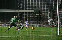 Photo: Andrew Unwin.<br /> Newcastle United v Reading. The Barclays Premiership. 06/12/2006.<br /> Newcastle's Antoine Sibierski scores his team's first goal.
