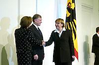 11 JAN 2005, BERLIN/GERMANY:<br /> Eva Luise Koehler, Praesidentengattin, Horst Koehler, Bundespraesident, und Angela Merkel, CDU Bundesvorsitzende, (v.L.n.R.), waehrend dem Neujahrsempfang des Bundespraesidenten, Schloss Charlottenburg<br /> IMAGE: 20050111-01-011<br /> KEYWORDS: Bundespräsident, Handshake, Horst Köhler