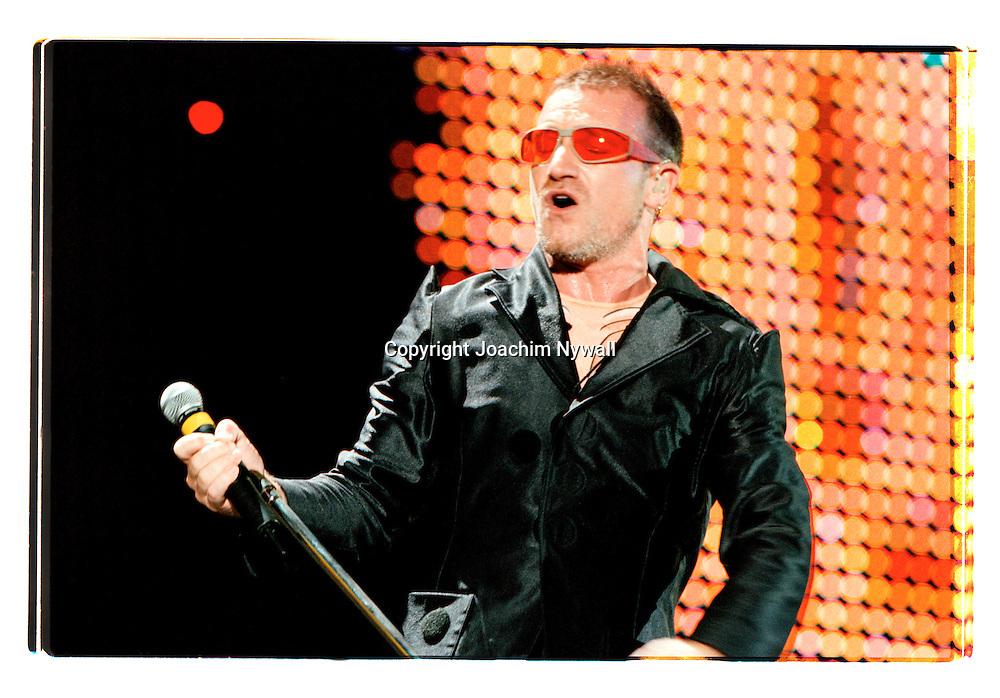 G&ouml;teborg Ullevi 19970802 Nya Ullevi<br /> U2<br /> Bono Singer<br /> <br /> <br /> <br /> FOTO JOACHIM NYWALL KOD0708840825<br /> COPYRIGHT JOACHIMNYWALL:SE<br /> <br /> ****BETALBILD****<br />  <br /> Redovisas till: Joachim Nywall<br /> Strandgatan 30<br /> 461 31 Trollh&auml;ttan<br />  Prislista: BLF, om ej annat avtalats