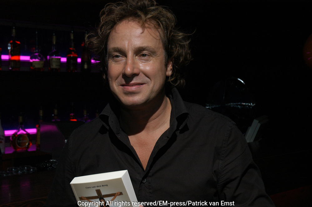 Overhandiging van het eerste exemplaar van het boek In Plaats van Bloemen geschreven door Cors van den Berg  aan Marco Bporsato in Sinners Amsterdam .