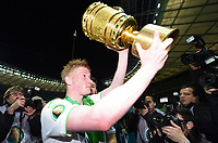 Fotball<br /> Tyskland<br /> 30.05.2015<br /> Foto: Witters/Digitalsport<br /> NORWAY ONLY<br /> <br /> Kevin de Bruyne (Wolfsburg) mit Pokal, Wolfsburg DFB-Pokalsieger 2015<br /> Fussball, DFB-Pokal, Finale 2015, Borussia Dortmund - VfL Wolfsburg 1:3
