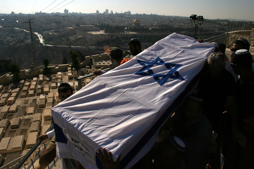 relatives of late Jewish settler Hanoch Shrabbi Stein carry his body during his reburial in the Mount of Olives cemetery in Jerusalem, after he was bury in Gush Ktif cemetery.....29.08.05 Jerusalem Israel