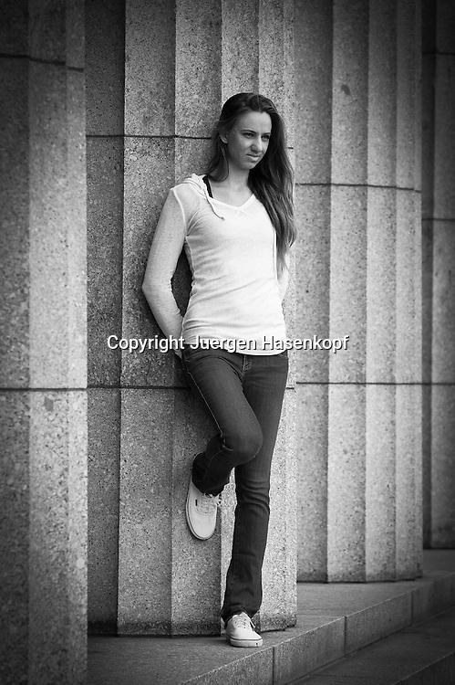 Fotoshooting mit der Tennisspielerin Mona Barthel (GER),.Einzelbild,Ganzkoerper,Hochformat, Schwarzweiss,black&white,privat,