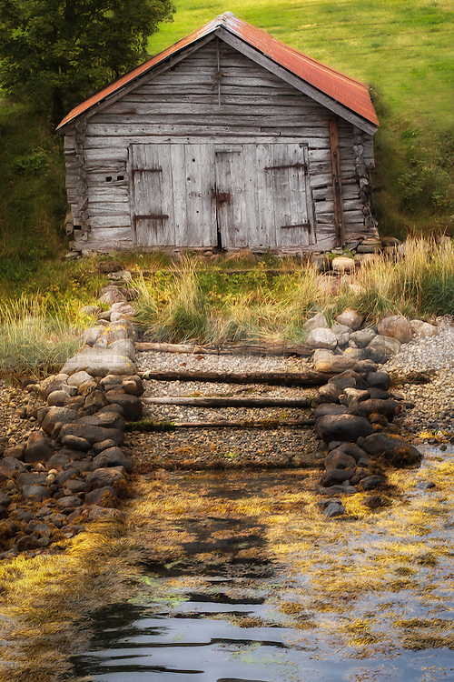 Old boathouse at Eidsdal, Norway. Paint effect added. | Gammelt naust i Eidsdal, Norge. Lagt til malerisk effekt.