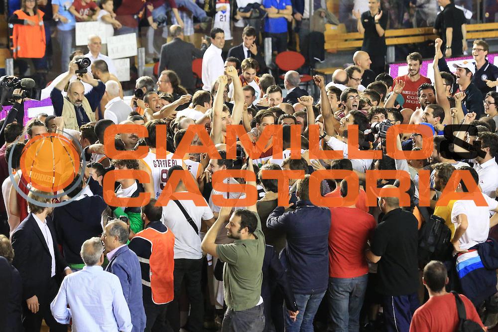 DESCRIZIONE : Roma Lega A 2012-2013 Acea Roma Trenkwalder Reggio Emilia playoff quarti di finale gara 7<br /> GIOCATORE : tifosi team<br /> CATEGORIA : curiosita esultanza<br /> SQUADRA : Acea Roma<br /> EVENTO : Campionato Lega A 2012-2013 playoff quarti di finale gara 7<br /> GARA : Acea Roma Trenkwalder Reggio Emilia<br /> DATA : 21/05/2013<br /> SPORT : Pallacanestro <br /> AUTORE : Agenzia Ciamillo-Castoria/M.Simoni<br /> Galleria : Lega Basket A 2012-2013  <br /> Fotonotizia : Roma Lega A 2012-2013 Acea Roma Trenkwalder Reggio Emilia playoff quarti di finale gara 7<br /> Predefinita :