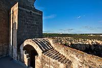 Castellaneta, marzo 2013..Ex Palazzo Baronale..È ubicato in Piazza Maria Immacolata, accanto al Palazzo Vescovile e si affaccia a strapiombo sulla gravina. Fu sede dei baroni che dal '500 alla fine del '700 dominarono su Castellaneta. Non si conosce con esattezza l'epoca di fondazione del palazzo che, probabilmente, sorge sul luogo ove era l'antico castello dei Normanni. Nel corso dei secoli l'edificio ha subito diversi rimaneggiamenti. Nel XVI-XVII secolo, per esempio, fu ristrutturato ed ampliato forse ad opera dei principi Bartirotti. Un altro restauro si ebbe nell'Ottocento, dopo il 1829 anno in cui il vescovo mons. Pietro Lepore acquistò il palazzo dai De Mari, ultimi baroni della città, per adibirlo a Seminario diocesano, inaugurato nel 1838. Attualmente ospita le monache clarisse ivi trasferite dopo la chiusura del pericolante monastero di S. Chiara. L'edificio si presenta come un palazzotto fortificato, a pianta quadrata con poderoso basamento. La facciata è caratterizzata dal semplice portale; interessanti le finestre che si aprono sul fianco meridionale decorate da cornici con capitelli figurati. Si accede all'interno attraverso un breve androne a sinistra del quale è ubicata la Cappella, un semplice ambiente rettangolare con volta a botte. Al centro dell'edificio vi è un ampio cortile decorato da eleganti cornici marcapiano e da alcuni stemmi delle nobili famiglie che dominarono la città. Interessanti all'interno l'ampio salone di rappresentanza al piano nobile e gli ambienti prospicienti la gravina in cui è possibile osservare elementi architettonici risalenti al Medioevo...Fonte: http://www.pugliaturistica.it/info.php?user=&pw=&luogo=PGLTACST00000&cod_luogo=PGLTACST00000&cod_pe=19.