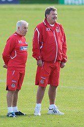 CARDIFF, WALES - Friday, October 10, 2008: Wales' manager John Toshack MBE and assistant coach Roy Evans during training at the Vale of Glamorgan Hotel ahead of the 2010 FIFA World Cup South Africa Qualifying Group 4 match against Liechtenstein. (Photo by David Rawcliffe/Propaganda)