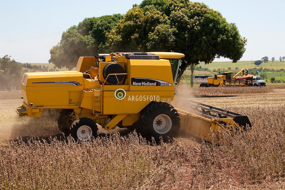 Colheita mecanizada de soja.Colheitadeira descarregando soja no caminhao ao fundo./ Soya Bean Harvest and ombine soy depositing the grains in truck.