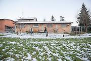 Traversetolo (Parma) - Esterno dello spazio che Jessica Ziveri riserva i rapaci e alla loro cura: si notano i tronchi d'appoggio per le poiane.