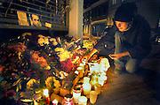 Nederland, Nijmegen, 16-11-2005Een sympathisant onsteekt kaarsjes bij de bloemen die liggen op de plek waar de vorige avond Louis Seveke is vermoord, neergeschoten, gedood. Geweld, politiek aktivist, aktivisme, afrekening, moord, Seveke hield zich o.a. bezig met rechtzaken tegen de aivd, bvd.Foto: Flip Franssen/Hollandse Hoogte