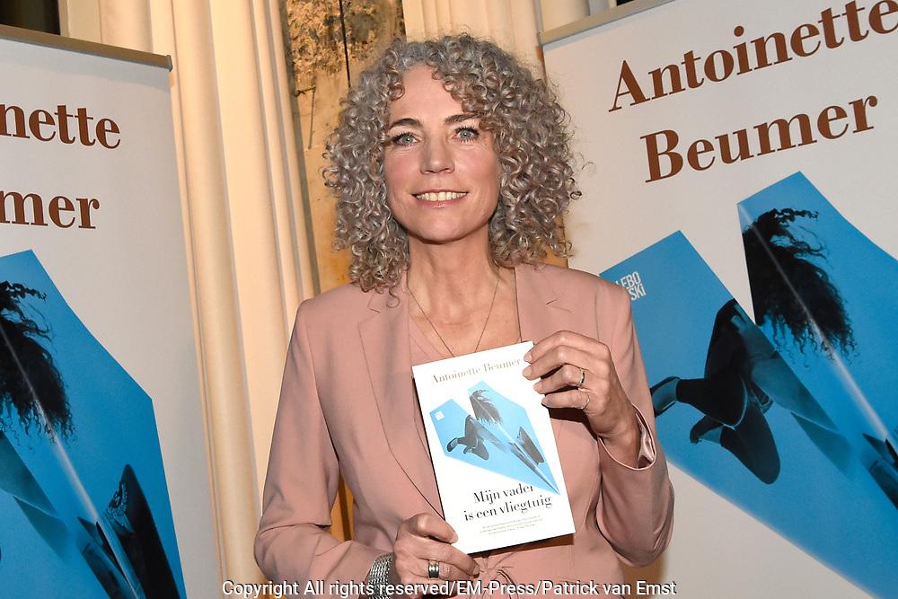 Boekpresentatie Mijn vader is een vliegtuig &ndash; Antoinette Beumer in de Loft van de Adam Toren, Amsterdam.<br /> <br /> Op de foto:  Antoinette Beumer