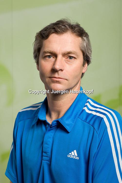 TennisBase Trainer Klaus Langenbach,Einzelbild,Halbkoerper,.Hochformat,Portrait, Studio,Sport, Leistungssport, Leistungsszentrum, BTV, Bayerischer, Tennis Verband, Oberhaching,Talente,