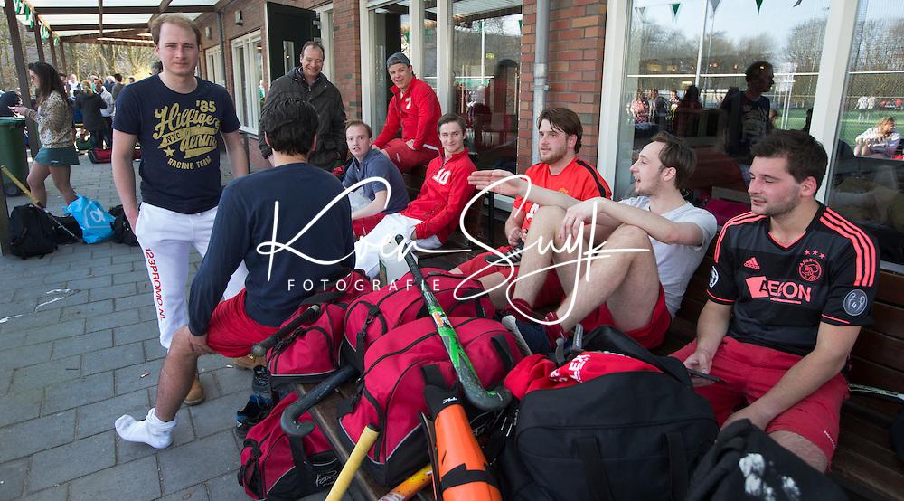 AMSTELVEEN - Hockey - Wedstrijd tussen de JH1 teams, jong senioren, tusssen de mannen van Myra en Rood Wit. (3-5).  Verkleden op het terras. COPYRIGHT KOEN SUYK