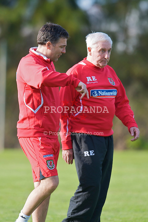AYAMONTE, SPAIN - Monday, February 9, 2009: Wales' assistant coach Dean Saunders and assistant coach Roy Evans training at the Vincci Seleccion Canela Golf ahead of the International Friendly match with Poland. (Mandatory credit: David Rawcliffe/Propaganda)