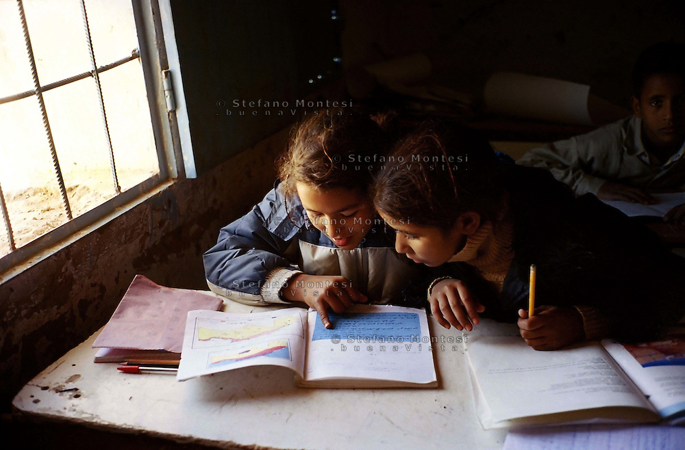 Gennaio 2005.Campo Profughi Saharawi di Smara.Bambine studiano alla scuola primaria.January 2005.Saharawi refugee camp of Smara.Girls studying in primary school.