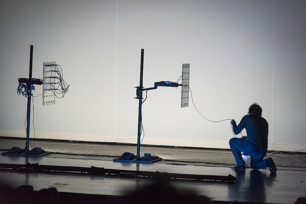 MARTIN MESSIER présente FIELD, A/VISIONS 2 :: MODULATE THIS! <br /> Théâtre Maisonneuve<br /> samedi 30 mai,<br /> Deux figures reconnues pour leurs spectacles extrêmement ajustés fignolent encore davantage leur remarquable chorégraphie du mouvement dans FIELD et HIVE, un double programme d'imposants gestes percussifs et de corps en mouvement.