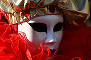 """Wenecja / Venice 14.02.2009 r. """"Sensation 2009 - 6 zmyslow na 6 sciezek"""" tak brzmi haslo tegorocznego karnawalu w Wenecji, najwiekszej zabawy ulicznej w Europie, ktora zachwyca swiat od stuleci maskami i strojami. Fot. Robert Pipala / FORUM"""