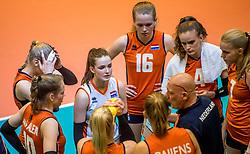 04-04-2017 NED:  CEV U18 Europees Kampioenschap vrouwen dag 3, Arnhem<br /> Duitsland - Nederland 3-1 / Nederland verliest kansloos van Duitsland met 3-1 - Time out Nederland Annick Meijers #16, Susanne Kos #1, Dagmar Boom #4