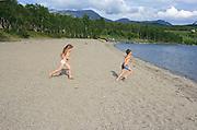 Maja (4) og Jens Haave Sundal (8) fra Selbu lot seg friste til et bad på Rotetangen i Stugusjøen. Og sa det var godt. Mens pappa Ronny Sundal lot seg ikke friste. Foto: Bente Haarstad