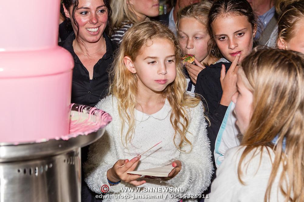 NLD/Amsterdam/20160620 - Boekpresentatie Engel kinderboeken debuut van Isa Hoes & Vlinder Kamerling, Vlinder Kamerling met  haar vriendinnetje