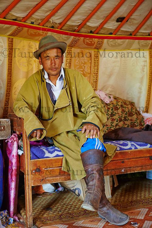Mongolie, Province de Ovorkhangai, Vallee de l'Orkhon, campement nomade, Dorjee 30 ans // Mongolia, Ovorkhangai province, Okhon valley, Nomad camp, Dorje 30 old