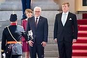 Koning Willem-Alexander heeft dinsdag de Duitse bondspresident Frank-Walter Steinmeier en diens vrouw Elke Büdenbender verwelkomd bij Paleis Noordeinde in Den Haag. Steinmeier is voor een tweedaags officieel bezoek in Nederland.<br /> <br /> King Willem-Alexander welcomed the German Federal President Frank-Walter Steinmeier and his wife Elke Büdenbender at Noordeinde Palace in The Hague on Tuesday. Steinmeier is for a two-day official visit in the Netherlands.