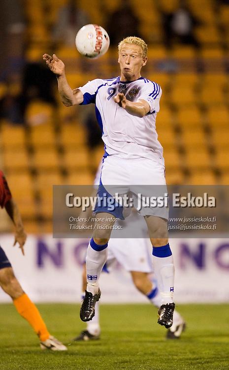 Mikael Forssell ottaa pallon haltuun rinnallaan ja laukoo sitten ter&auml;v&auml;sti, mutta armenialaismaalivahti torjui.&amp;#xA;Armenia-Suomi, Jerevan. EM-karsinta,  7.10.2006.&amp;#xA;Photo: Jussi Eskola<br />