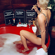 Club Elegance Amsterdam naakte dame in bad, prostituee protestactie