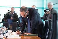14 MAY 2014, BERLIN/GERMANY:<br /> Heiko Maas, SPD, Bundesjutizminister, schreibt etwas in seine Unterlagen, vor Beginn einer Kabinettsitzung, Bundeskanzleramt<br /> IMAGE: 20140514-01-006<br /> KEYWORDS: Kabinett, Sitzung