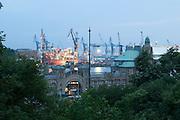 Hamburger Hafen, Landungsbruecken bei Daemmerung, Hamburg, Deutschland.|.Hamburg harbour, piers and dock at dusk, Hamburg, Germany.